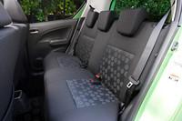 リアシートには、全席に3点式シートベルトとヘッドレストが備わる。