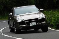 【スペック】カイエンターボ:全長×全幅×全高=4782×1928×1699mm/ホイールベース=2855mm/車重=2355kg/駆動方式=4WD/4.5リッターV8ターボインタークーラー付き(450ps/6000rpm、63.2kgm/2250-4750rpm)/車両本体価格=1250.0万円(テスト車=1360.5万円)テスト車のオプションは、「デュアルエグゾーストパイプ(8.5万円)」「サイドスカート(20.0万円)」「バイキセノンヘッドランプ+ウォッシャー(14.0万円)」「スポーツシート(6.5万円)」「前席シートヒーター(6.5万円)」「スポーツシャシー(9.0万円)」「PSM(17.0万円)」「ホイールキャップ(2.5万円)」「6連奏CDチェンジャー(7.5万円)」「18インチカレラホイール(19.0万円)」
