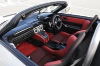 赤×黒のツートンカラーで統一されたインテリア。ステアリングホイールの裏には変速用のパドルが備わる。