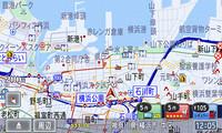同社フルナビ譲りの地図表示。スマートループによる渋滞も表示できる。右下には、移動する自車位置に連動した施設情報が、瞬時に呼び出せるようになっている。件数も表示される。