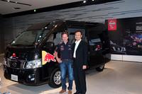 ホーナー代表(左)と日産自動車グローバルLCVビジネスユニット村上秀人執行役員(右)。