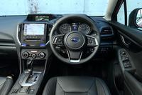 運転席まわりの様子。本革巻きのステアリングホイールやシフトノブは「ブラックレザーセレクション」に含まれる。