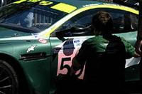 ジャコバン広場での車検を終え、ようやく貼ることができる「ルマン24時間」のステッカー。車検は月・火曜、予選は水・木曜の夜、そして決勝は土曜の午後4時から、と他のモータースポーツにはない、ゆったりとしたタイムスケジュールがルマンの伝統を物語る。
