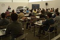 マツダの川崎俊介主査によるプレゼンテーションに聞き入る参加者たち。