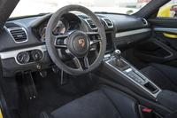トランスミッションは6段MTのみ。「918スパイダー」風のデザインのステアリングの直径はシリーズで最も小さい360mm。