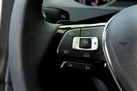 ステアリングホイールのスポーク部にはさまざまなボタンが並ぶ。写真は左スポーク。アダプティブクルーズコントロール(ACC)の操作ボタンが集約されている。