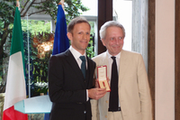 勲章を手に笑顔を見せるロニー・クインタレッリ氏(写真左)と、ドメニコ・ジョルジ駐日イタリア大使(同右)。