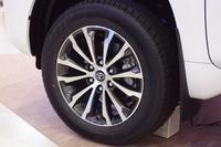 「TZ-G」グレードには、切削光輝加工とダークグレーメタリック塗装が施された19インチアルミホイール(写真)が装着される。