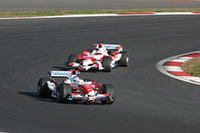 トゥルーリの「TF107」(前)、可夢偉の「TF106」による「F1スペシャルランデブーラン」。