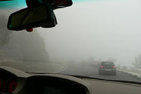 5メートル先も見えないほどの濃霧が広がり、ノロノロ運転が続きます。こうなってはせっかくの4.8リッターエンジンも宝の持ち腐れです。予定された試乗コースの半分も走れませんでした。