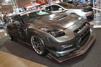 R35「GT-R」の心臓を4.1リッター、1020psまでチューンし、富士スピードウェイで純正ラジアルタイヤ装着車最速の1分43秒221を記録した「HKS TF&VARIS; KAMIKAZE-R」。