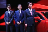 写真右から、マツダの小飼雅道社長兼CEO、商品本部の冨山道雄主査、デザイン本部の松田陽一チーフデザイナー。