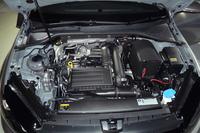 1.4リッターTSIエンジンには、負荷の少ない走行時、4気筒のうち2気筒を休止させる自動気筒休止システム「アクティブシリンダーマネジメント(ACT)」が採用される。JC08モード燃費は19.9km/リッター。
