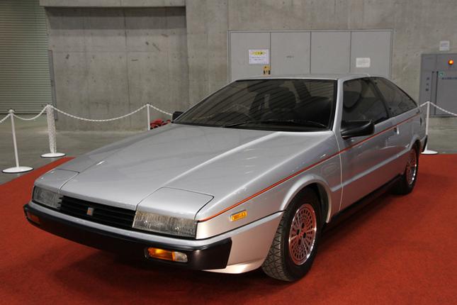 さかのぼること36年、1979年3月に開かれたジュネーブショーにいすゞが出展した「アッソ・ディ・フィオーリ」。初代「ジェミニ」のシャシーにジウジアーロ率いるイタルデザインがボディーを架装した、初代「ピアッツァ」のプロトタイプである。一見したところ生産型ピアッツァとほとんど変わらないように思えるが、以前に2台を並べてみたところでは一段と低くシャープで、ひとまわり小さく見えた。