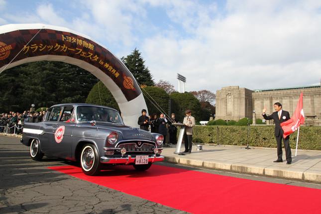 午前10時からのオープニングセレモニー終了後、早川茂トヨタ自動車専務がフラッグを振り下ろしてパレードがスタート。先導車はトヨタ博物館所蔵の1960年「トヨペット・クラウン・デラックス(RS21)」。当時の小型車(5ナンバー)規格に収めるべく1.5リッター直4OHVエンジンを積んだ、初代クラウンの中期型である。