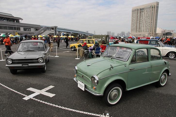 毎回実施されているコンクールデレガンスの、今回のテーマカーが三菱車であることにちなんで特別展示された三菱自動車所有の車両。1962年「三菱500スーパーデラックス」(右)と68年「コルト1000トラック」(左)。前者は60年に誕生した、三菱初のオリジナル乗用車である「三菱500」のマイナーチェンジ版。後者はファストバックスタイルの乗用車「コルト1000F」から派生した500kg積みのピックアップ。