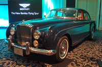 発表会場に展示された「ベントレーS2コンチネンタル フライングスパー」(1960年)。1957年にデビューした「フライングスパー」は、6ライトのボディーが特徴(少数だが4ライトもあり)。「S1」のエンジンは吸気がOHVで排気がサイドバルブの4.9リッター直6だったが、59年に登場した「S2」ではOHVの6.2リッターV8に進化した。