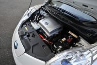 ボンネットの下には、駆動モーターと減速機に加え、高電圧ユニットや充電器を一体化したEV専用パワートレインが収まる。