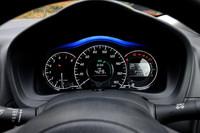 """3連デザインのメーター。上方の青いライトは運転の""""エコ度合い""""を示すもので、運転の仕方に応じて3段階に照射範囲が変化する。"""