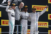 第13戦イタリアGPをポールポジションから制したメルセデスのルイス・ハミルトン(右から2番目)。2位にニコ・ロズベルグ(一番左)が入り、シルバーアローの1-2フィニッシュは今季7回目となった。ウィリアムズのフェリッペ・マッサ(一番右)は今年初表彰台の3位に終わった。(Photo=Mercedes)