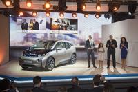 ニューヨークの発表会場で、「BMW i3」の特徴を説明するBMWのノルベルト・ライトホーファー会長(向かって右から2人目)。