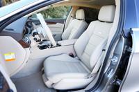 「CLS63 AMG」にはセミアニリンレザーのAMGスポーツシートが標準で装備される。内装色はアーモンドベージュ。