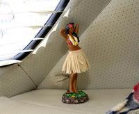 イタリアの古い「ビートル」ファンのおじさんの車内にあったハワイアン人形。