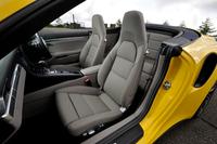 フロントシートは従来のモデルと同じくヘッドレスト一体型を採用。「ターボS」ではメモリー機能を備えた「アダプティブスポーツシート・プラス」が標準となる。