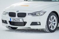 ピレリ・アイス アシンメトリコを履くテスト車の「BMW 3シリーズ」。