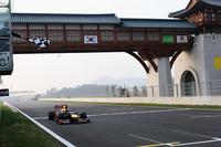 韓国を得意とするベッテルは週末を通じて好調さをキープ。予選で失敗しポールこそ逃したが、レースではスタートで首位に立つと2位ウェバーを従えて好走。今季4度目の勝利を記録し、ついにポイントリーダーのアロンソを抜きランキングでも1位にのぼりつめた。(Photo=Red Bull Racing)