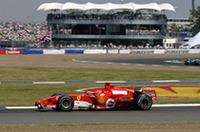 この週末、ある程度の勝算を見込んでいたであろうシューマッハー/フェラーリだが、アロンソ/ルノーに完敗した。シューマッハーは、ポールシッターのアロンソに遅れることおよそ0.3秒で予選3位。この差が燃料搭載量によるところであれば、アロンソはシューマッハーより早めにピットインするはずで、フェラーリにも勝機が残されていたが……実際はその逆、シューマッハーはアロンソより4周も前に給油しなければならなかった。つまり4周分多く燃料を積みながら、アロンソは予選でも決勝でも速かった、ということである。(写真=Ferrari)