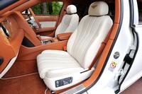 試乗車の内装は、シートを中心としたメインハイドが「リネン」、ダッシュボードなどに用いられるセカンダリーハイドが「ニューマーケットタン」、ウッドパネルが「チェストナット」だった。
