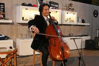 開催初日にはチェロ奏者の溝口 肇氏が特別ゲストとして招かれ、生演奏を披露した。