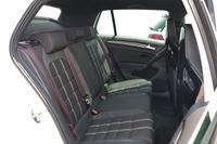 後席の様子。前席同様、座面や背もたれにはストライプが入れられる。