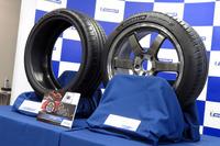 「パイロットスポーツ4」(右)と「パイロットスポーツコンセプトZP」(左)。後者は2016年のデトロイトショーで発表された「レクサスLC500」に装着されていたコンセプトタイヤである。