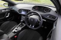 「308 GTライン」のインテリア。スポーティーな内外装の意匠だけでなく、9つのスピーカーを備えたDENONのオーディオシステムや、パークアシスト機能など、充実した装備も特徴となっている。