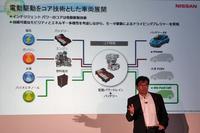 日産自動車の燃料電池車開発について説明する、坂本秀行副社長。