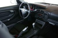 センターコンソールやインパネまわりは、GT3の名から想像されるほどスパルタンではない。パワーウィンドウやセンターロックなどは標準装備。エアコンはオプション価格ナシで装着できるなど、快適装備が多彩に用意される。準レースカーたる「クラブスポーツパッケージ」に快適装備は付かず、ロールゲージや消火器が備わる。
