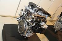 アトキンソン化、低フリクション化による熱効率の向上と直噴化により、環境性能と動力性能を高次元で両立したというハイブリッド用のAR系2.5リッター直4エンジン。次期「クラウンハイブリッド」にV6に代わって搭載されるそうだが、クラウンの上級グレードに4気筒エンジンが積まれるのは45年ぶりとなる。ある意味とても感慨深い。