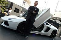 「アヴェンタドールLP700-4ロードスター」と、ランボルギーニ・ジャパンのエジナルド・ベルトリ氏。