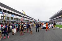 グリッドウオークの様子。ドライバーやチームクルーはもちろん、観客やレーシングクイーンも国際色豊かだ。