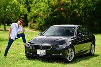 """当連載を担当するモータージャーナリストの清水草一氏と愛車の""""エリート特急""""こと「BMW 320d」。(写真=池之平昌信)"""
