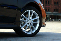 標準では、16インチアルミホイール&205/55R16タイヤとなるが、テスト車には、スポーツパッケージの17インチホイール&205/50R17タイヤがオプション装着される。写真は16インチ。