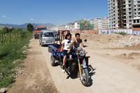 農村部では3輪バイクも大活躍。