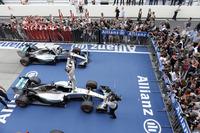2年連続で日本GPを制したメルセデスのルイス・ハミルトン(写真手前)。チームメイトのニコ・ロズベルグ(その奥)が2位に入り、メルセデスは今季8度目の1-2フィニッシュを達成した。(Photo=Mercedes)