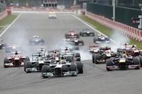 ポールポジションからスタートしたハミルトン(手前中央)がトップで1コーナーへ。しかし予選2位のベッテルにピタリと背後につかれ、続くストレートでオーバーテイクされてしまう。(Photo=Mercedes)