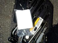トランク内には工具と一緒に白いビニール袋が! 最初はなんでこんなのが、って思ったんだけど……。