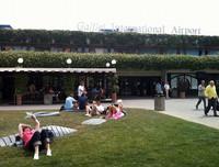フィレンツェ・ガリレオ・ガリレイ空港。ターミナルの入口から日光浴は始まっている。