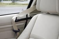 シートに座りドアを閉めると、前席用のシートベルトが後ろから押し出される「シートベルトハンドオーバー」が標準装備される。これにより、手を後ろまで伸ばす必要がなくなる。 写真をクリックすると後方から押し出されたシートベルトが見られます。
