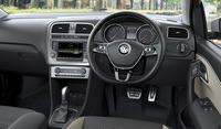 バイキセノンヘッドライトパッケージおよびACCパッケージオプション装着車のインテリア。